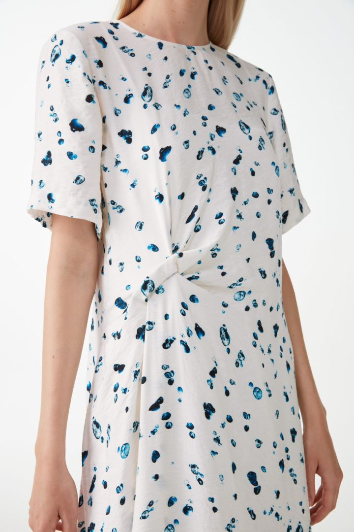 COS 노트 디테일 드롭릿 프린트 드레스의 화이트컬러 ECOMLook입니다.