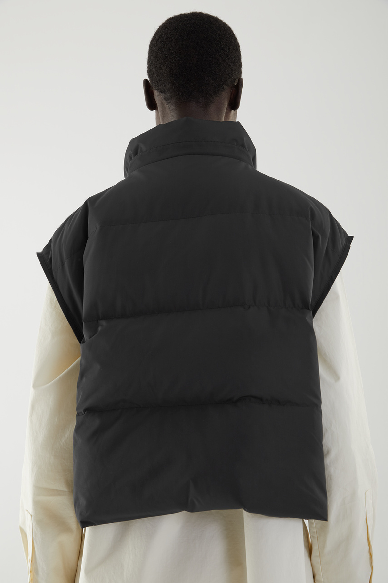COS 3 in 1 하이브리드 푸퍼 재킷의 블랙컬러 ECOMLook입니다.