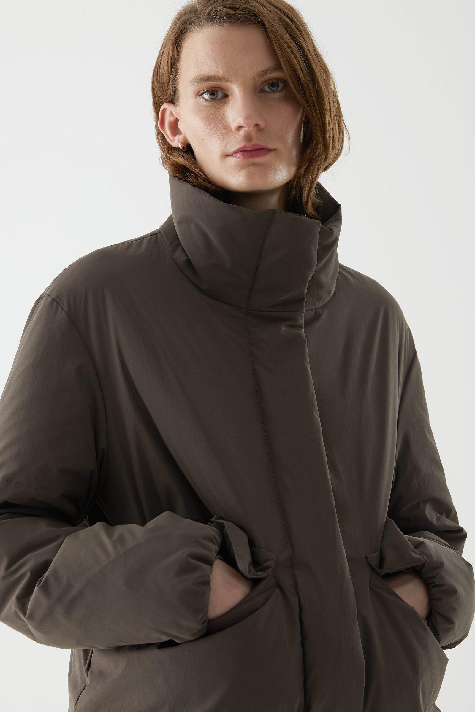 COS 패딩 푸퍼 재킷의 다크 브라운컬러 ECOMLook입니다.