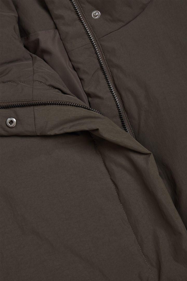 COS 패딩 푸퍼 재킷의 다크 브라운컬러 Detail입니다.