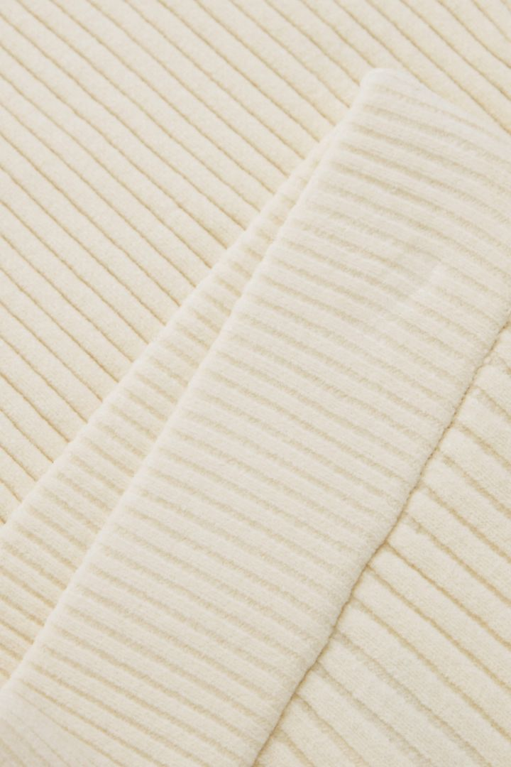 COS 오가닉 코튼 셔닐 플레어드 리브 트라우저의 화이트컬러 Detail입니다.