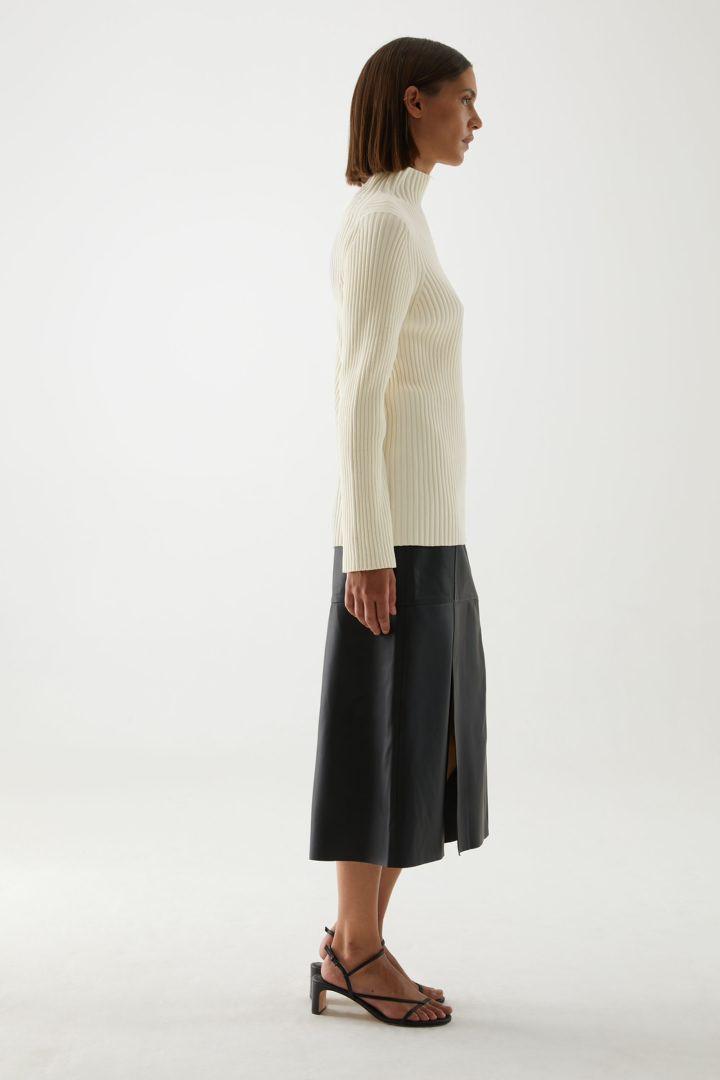 COS 오가닉 코튼 리브 셔닐 스웨터의 화이트컬러 ECOMLook입니다.