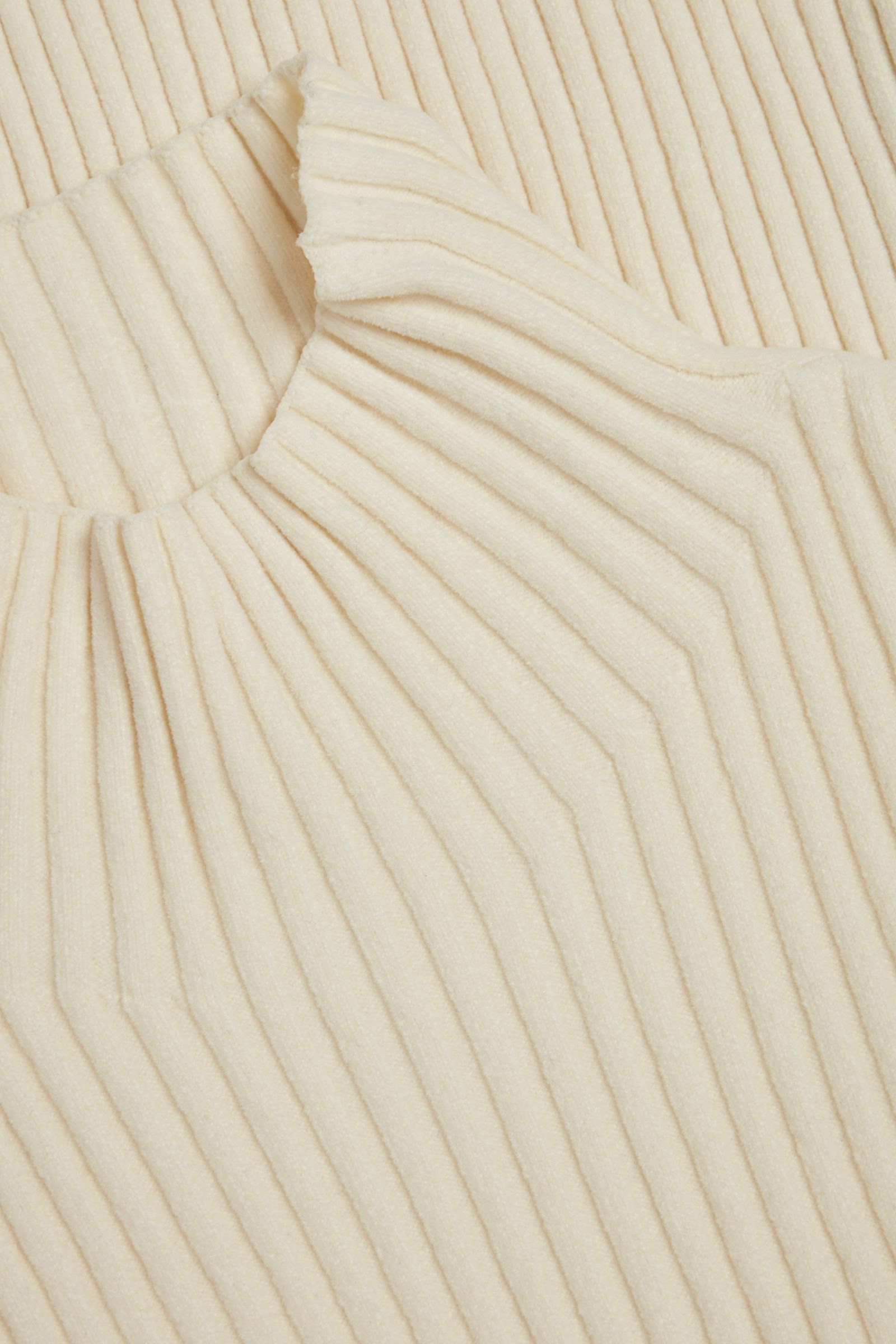 COS 오가닉 코튼 리브 셔닐 스웨터의 화이트컬러 Detail입니다.