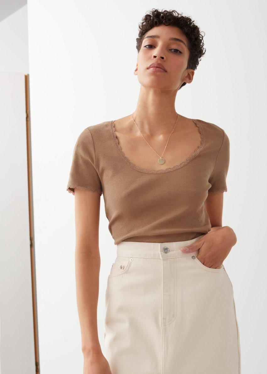앤아더스토리즈 립 레이스 트림 티셔츠의 다크 베이지컬러 ECOMLook입니다.