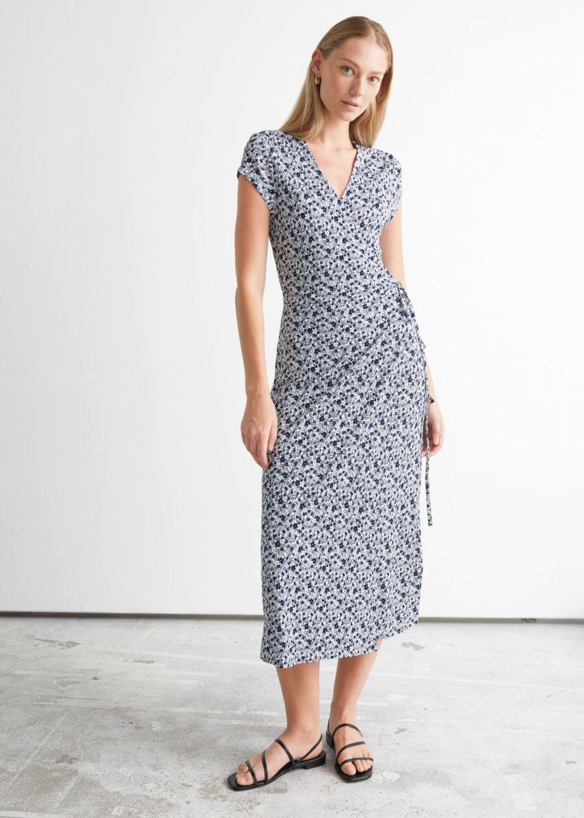 앤아더스토리즈 프린트 랩 미디 드레스의 블루 플로럴컬러 ECOMLook입니다.