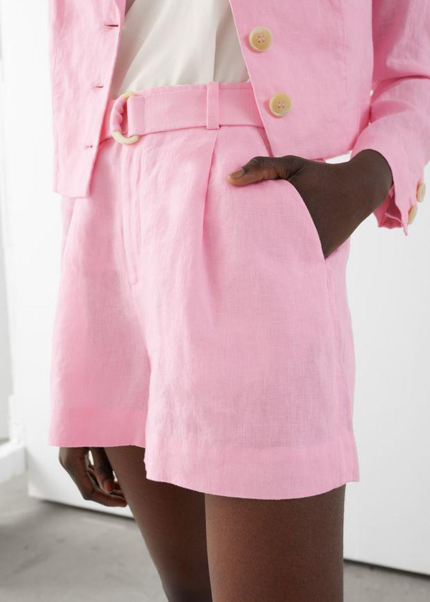 앤아더스토리즈 벨티드 리넨 플리츠 쇼츠의 핑크컬러 ECOMLook입니다.