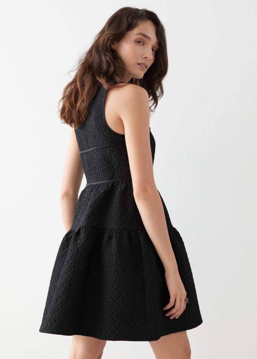 앤아더스토리즈 슬리브리스 자카드 미니 드레스의 블랙컬러 ECOMLook입니다.