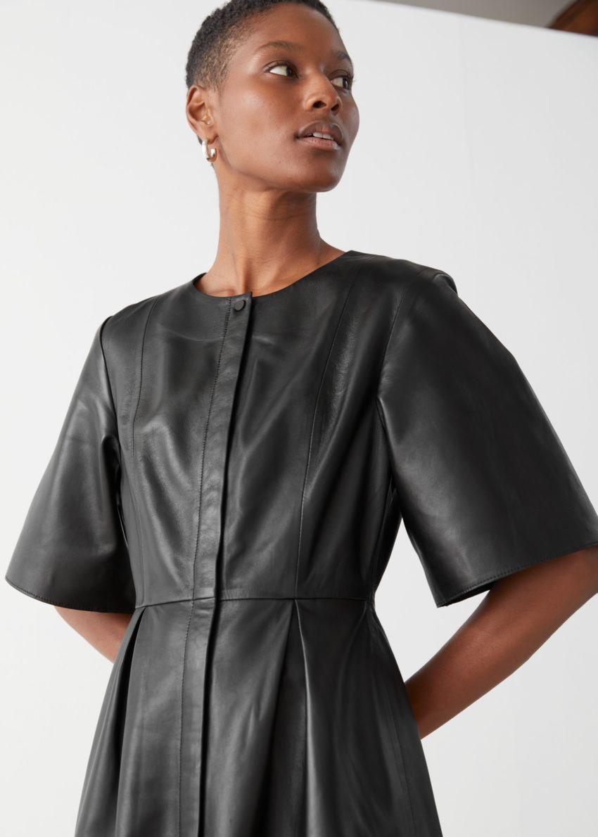 앤아더스토리즈 버튼 릴렉스드 레더 미디 드레스의 블랙컬러 ECOMLook입니다.