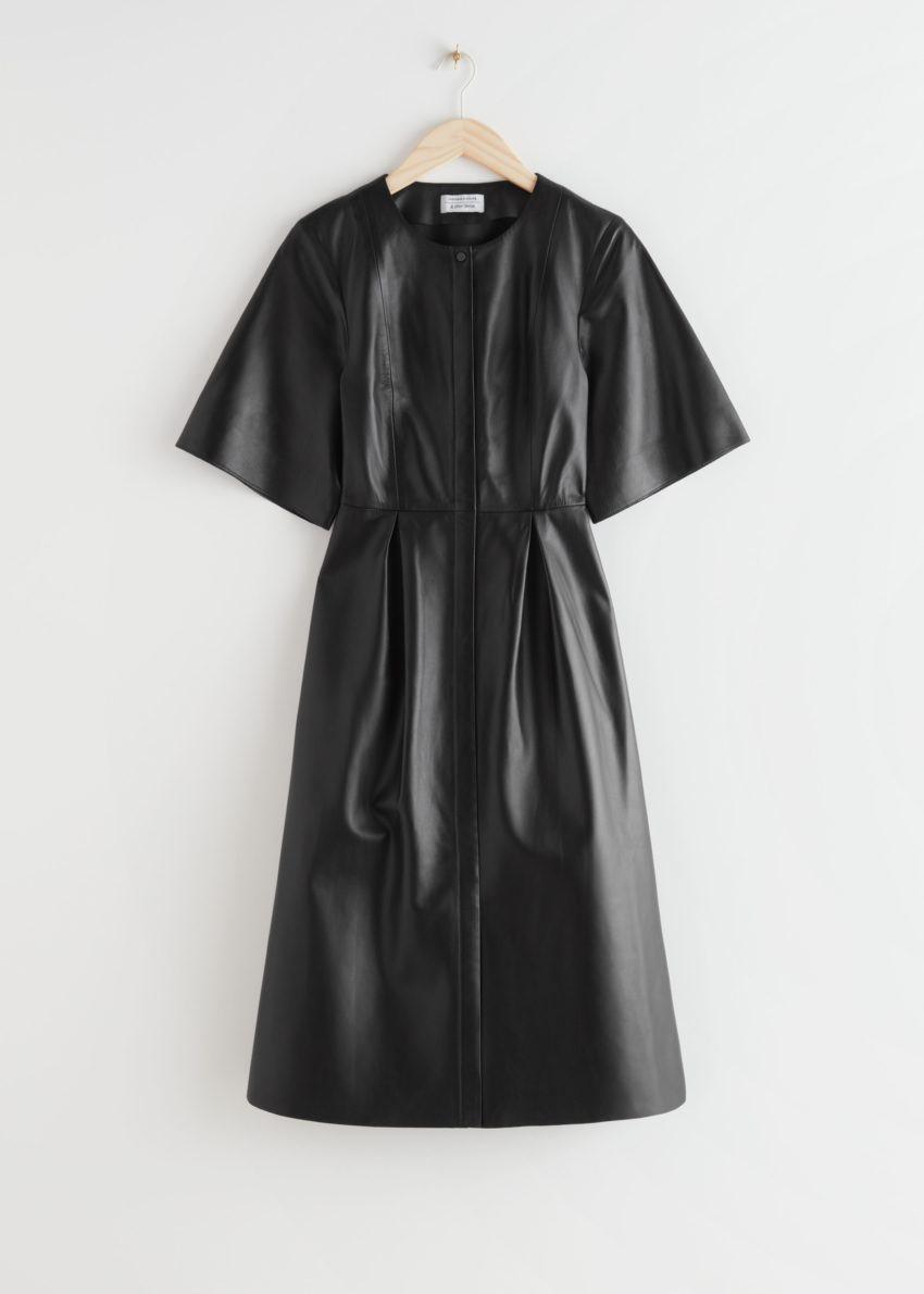 앤아더스토리즈 버튼 릴렉스드 레더 미디 드레스의 블랙컬러 Product입니다.