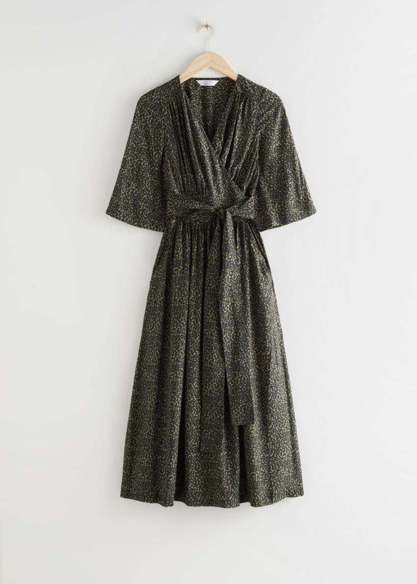 앤아더스토리즈 릴렉스드 벨티드 미디 랩 드레스의 애니멀 프린트컬러 Product입니다.