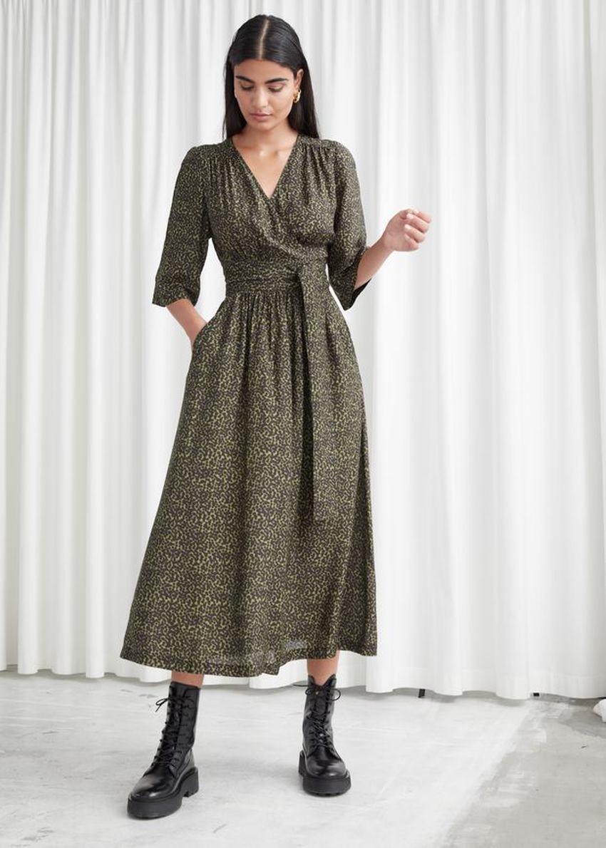 앤아더스토리즈 릴렉스드 벨티드 미디 랩 드레스의 애니멀 프린트컬러 ECOMLook입니다.