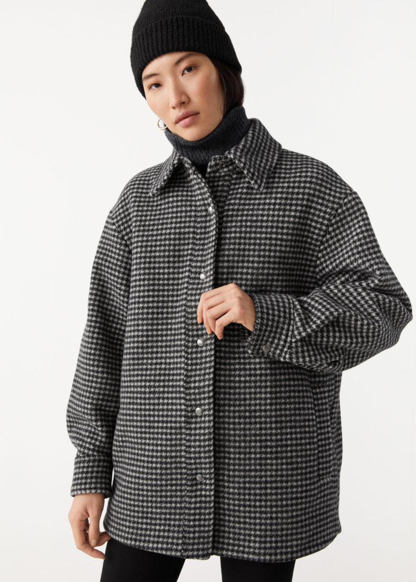 앤아더스토리즈 오버사이즈 셔츠 재킷의 블랙 체크컬러 ECOMLook입니다.
