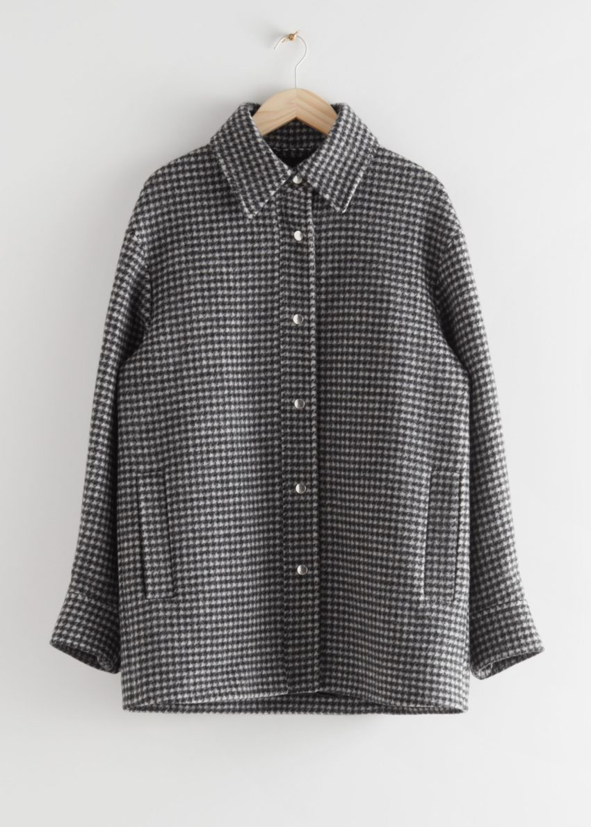 앤아더스토리즈 오버사이즈 셔츠 재킷의 블랙 체크컬러 Product입니다.