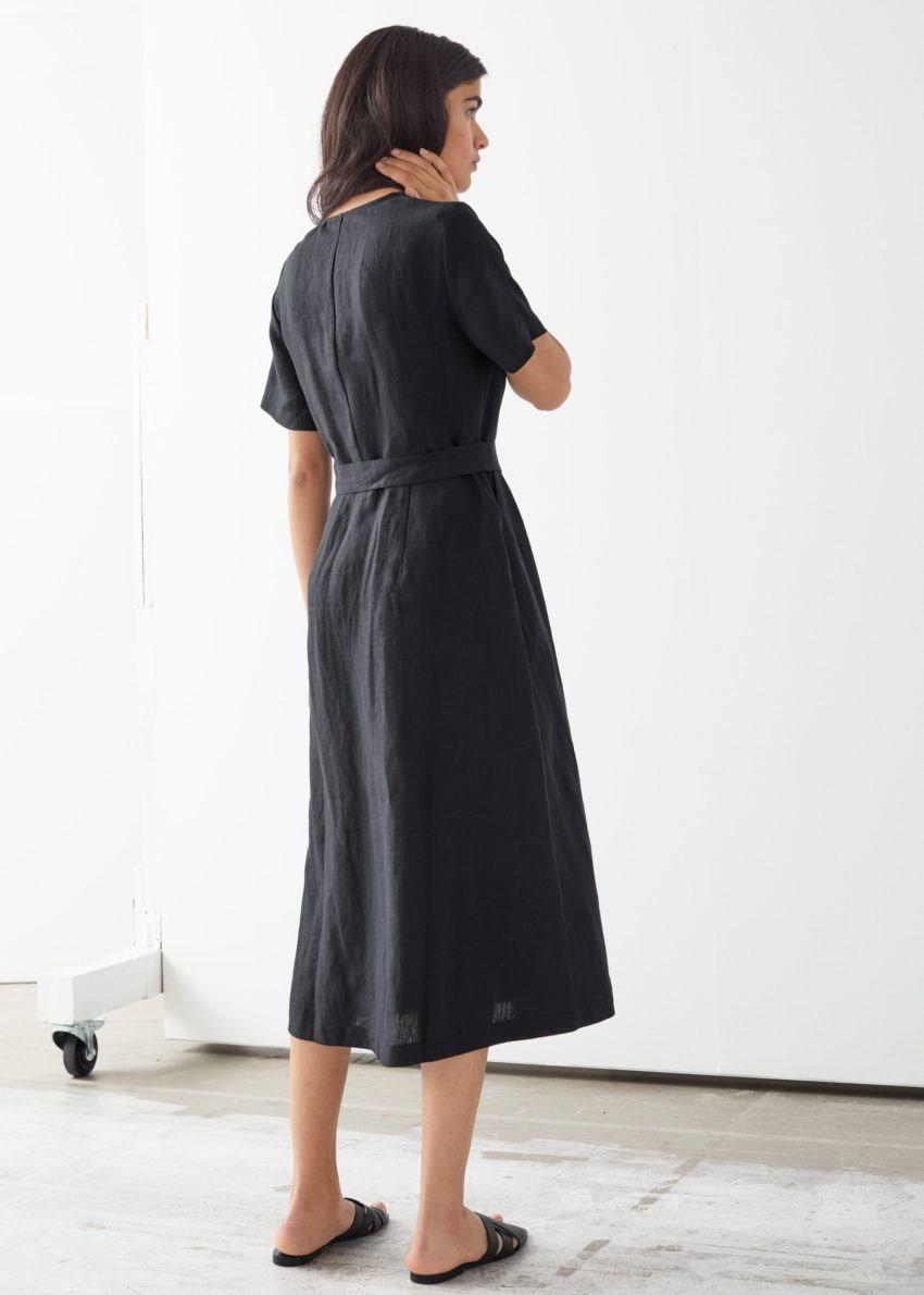 앤아더스토리즈 리넨 버튼 업 미디 드레스의 블랙컬러 ECOMLook입니다.