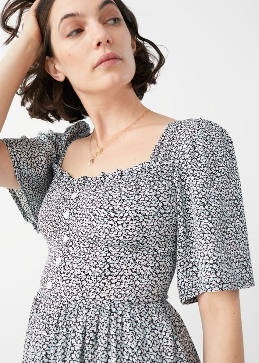 앤아더스토리즈 스모크 크레이프 맥시 드레스의 블랙 프린트컬러 ECOMLook입니다.