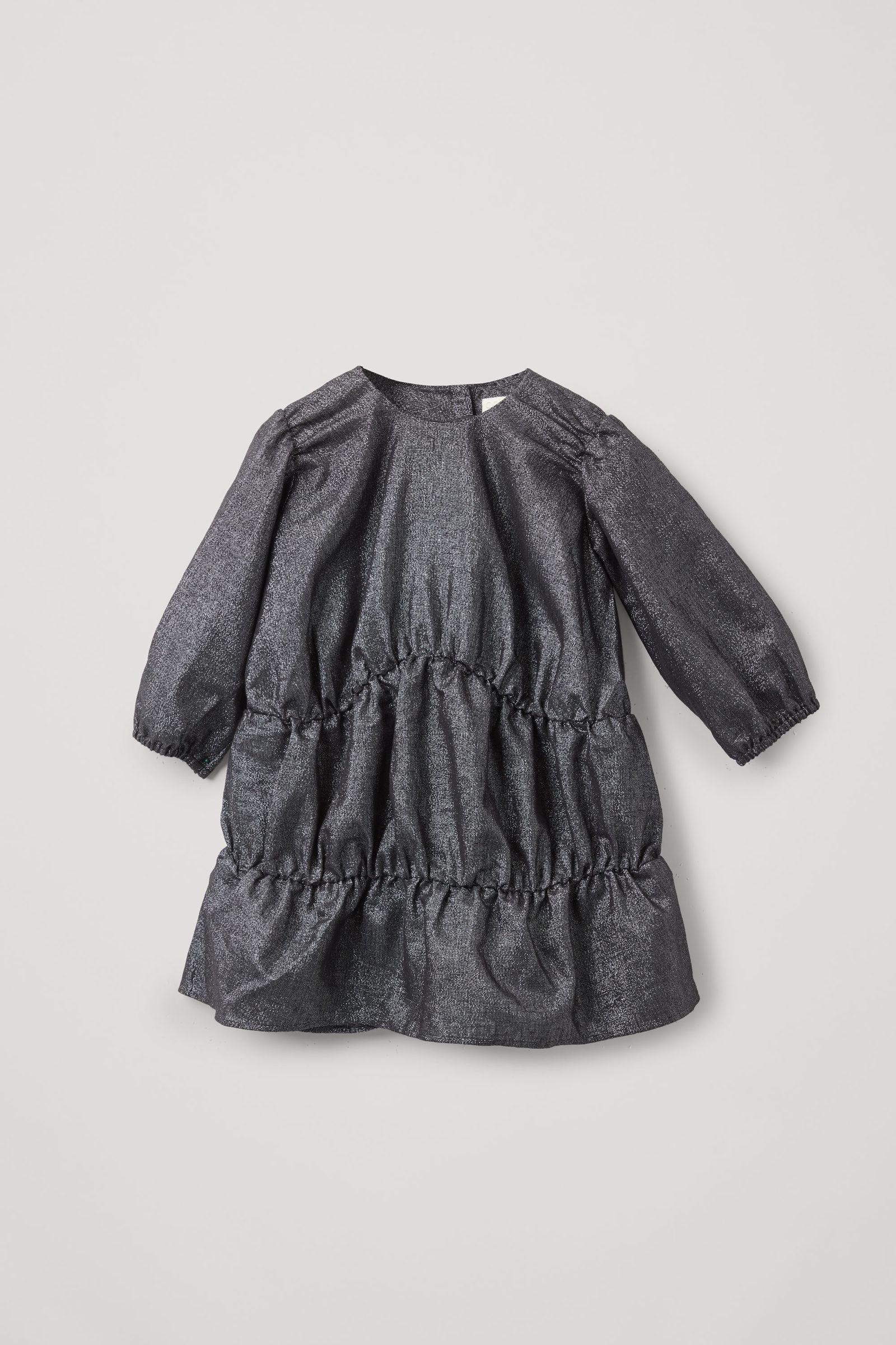 COS 개더드 루렉스 드레스의 블랙컬러 Product입니다.