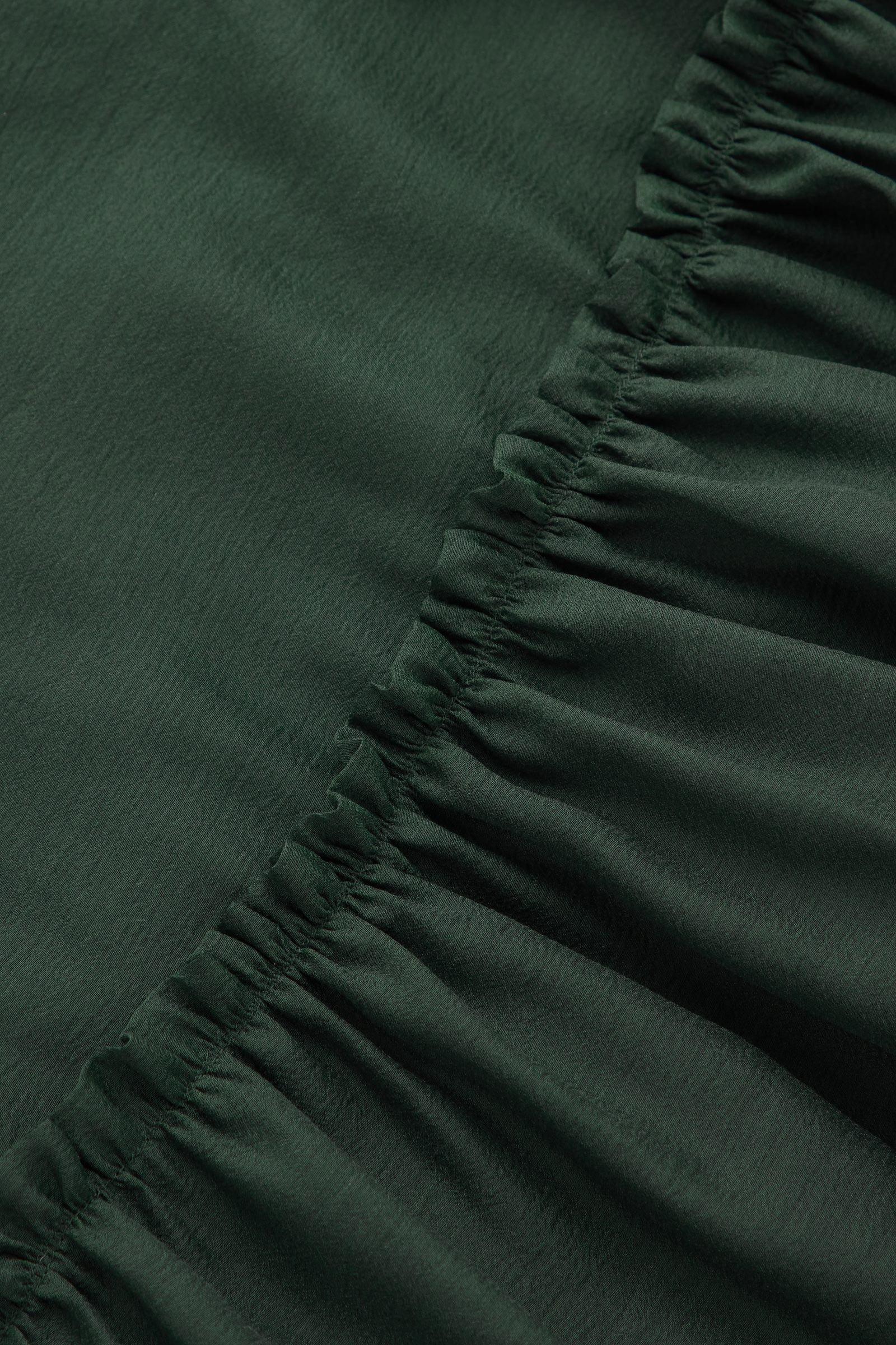 COS 쇼트 슬리브 튤 드레스의 그린컬러 Detail입니다.