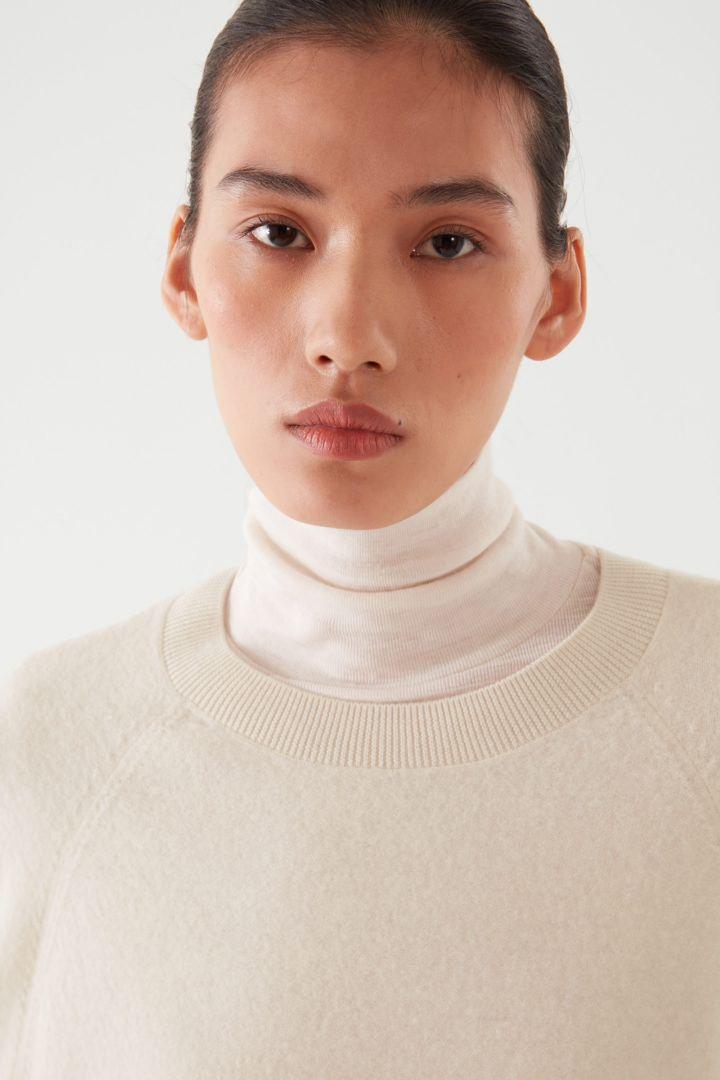 COS 오버사이즈 핏 울 티셔츠 드레스의 오프 화이트컬러 ECOMLook입니다.