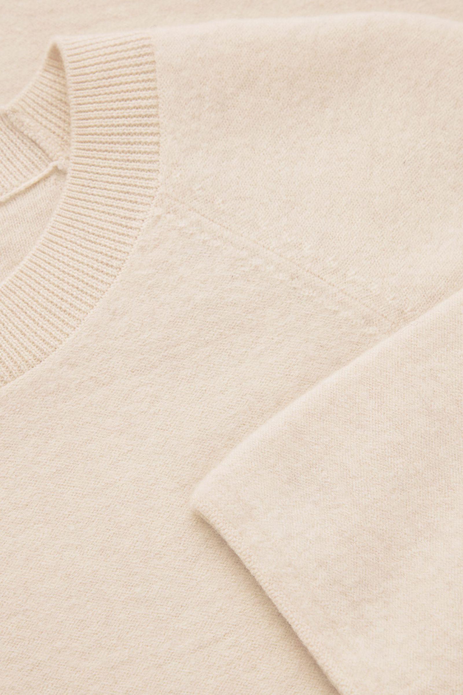 COS 오버사이즈 핏 울 티셔츠 드레스의 오프 화이트컬러 Detail입니다.