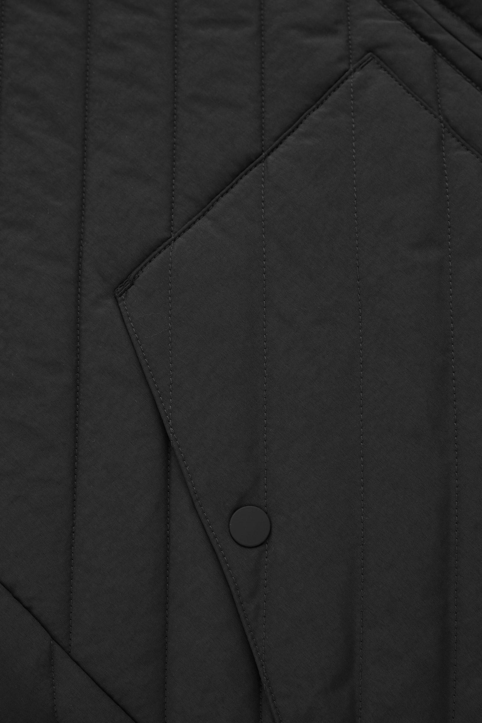 COS 레귤러 핏 퀼티드 베스트의 블랙컬러 Detail입니다.