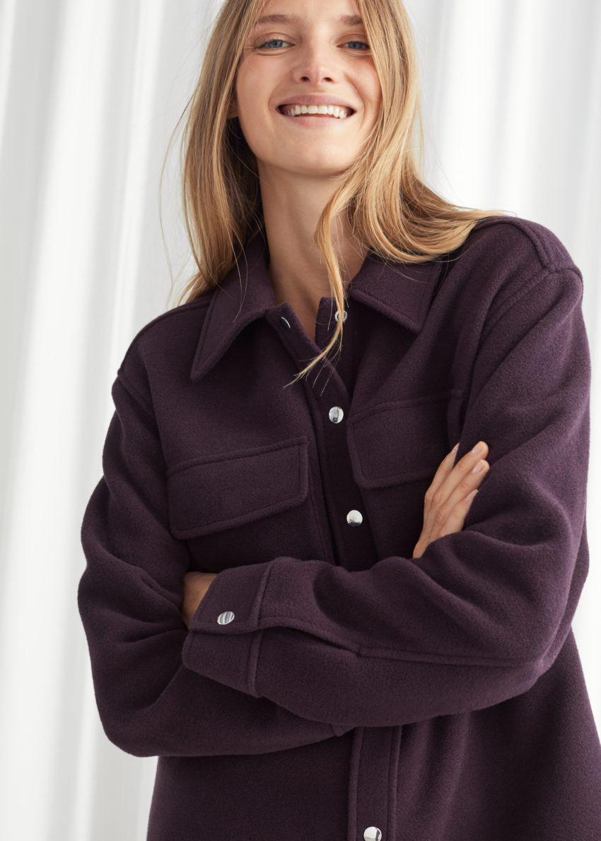앤아더스토리즈 오버사이즈 울 블렌드 워크웨어 셔츠의 다크 버건디컬러 ECOMLook입니다.