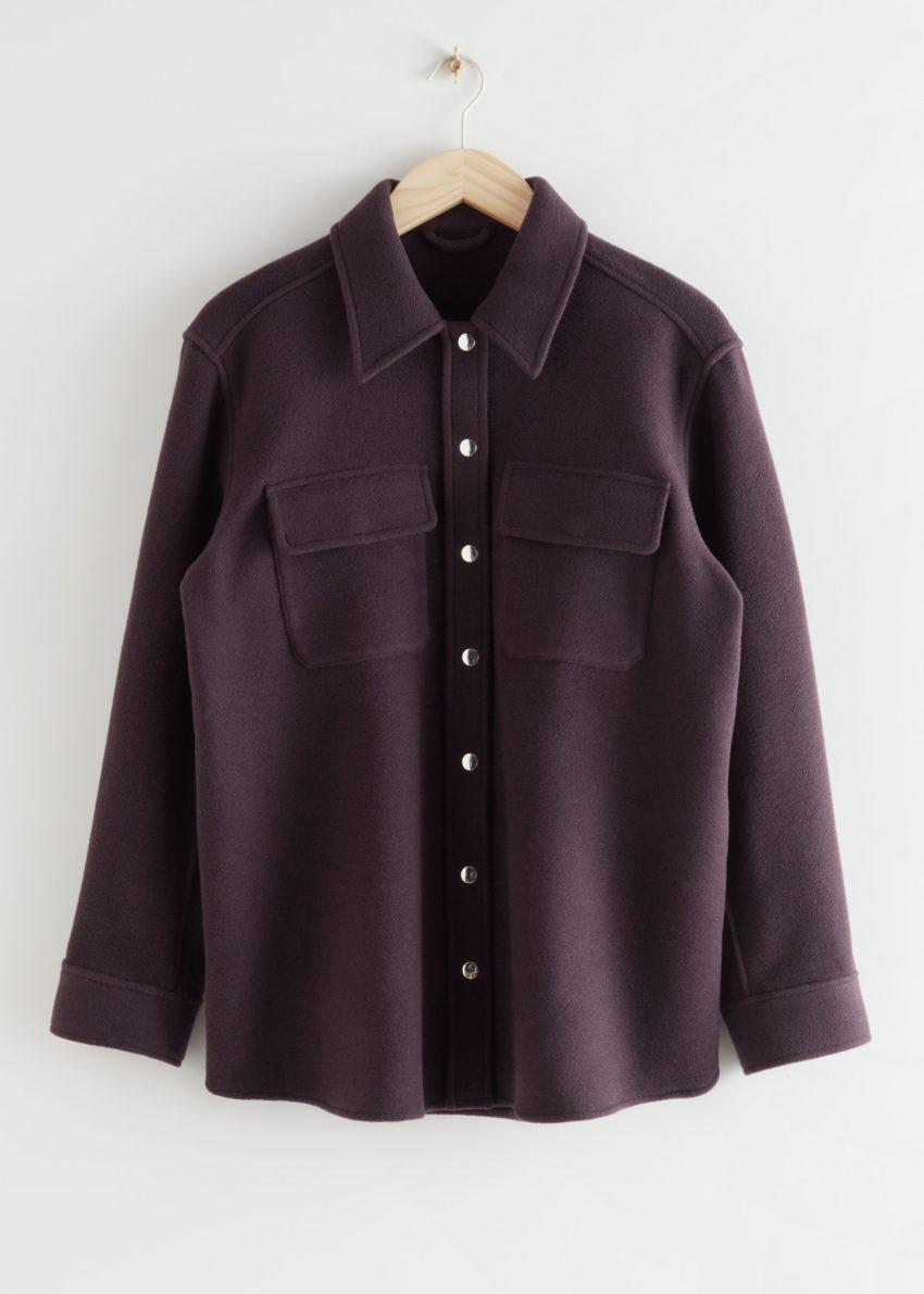 앤아더스토리즈 오버사이즈 울 블렌드 워크웨어 셔츠의 다크 버건디컬러 Product입니다.