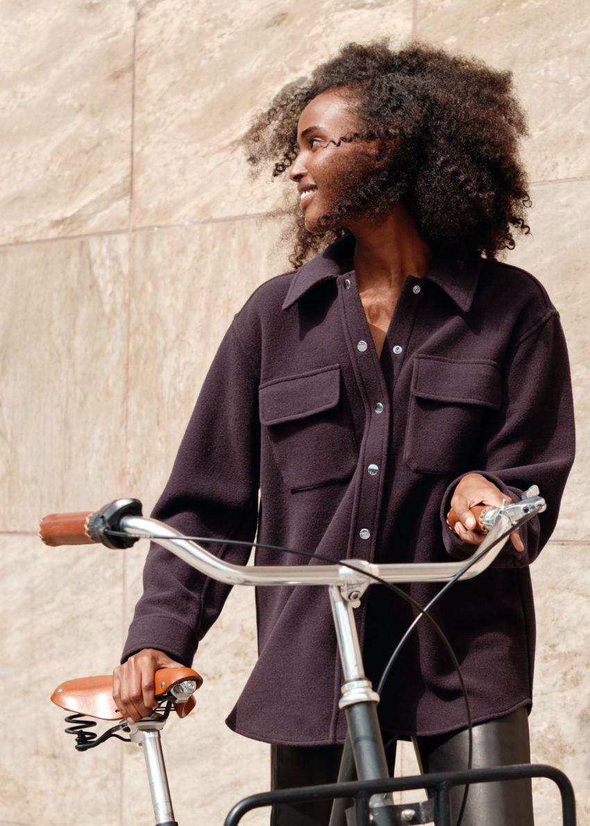 앤아더스토리즈 오버사이즈 울 블렌드 워크웨어 셔츠의 다크 버건디컬러 Environmental입니다.