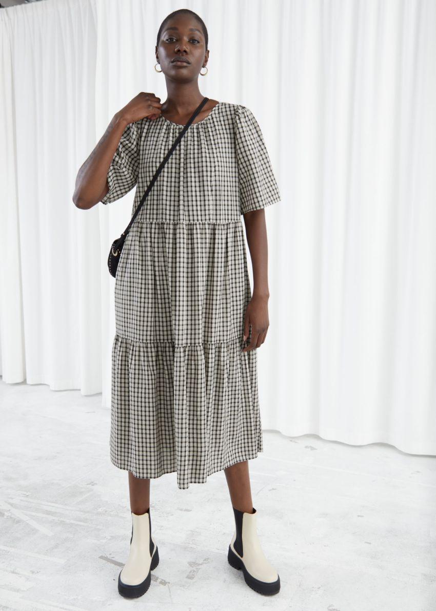 앤아더스토리즈 티어드 플러터 슬리브 미디 드레스의 화이트 체크컬러 ECOMLook입니다.