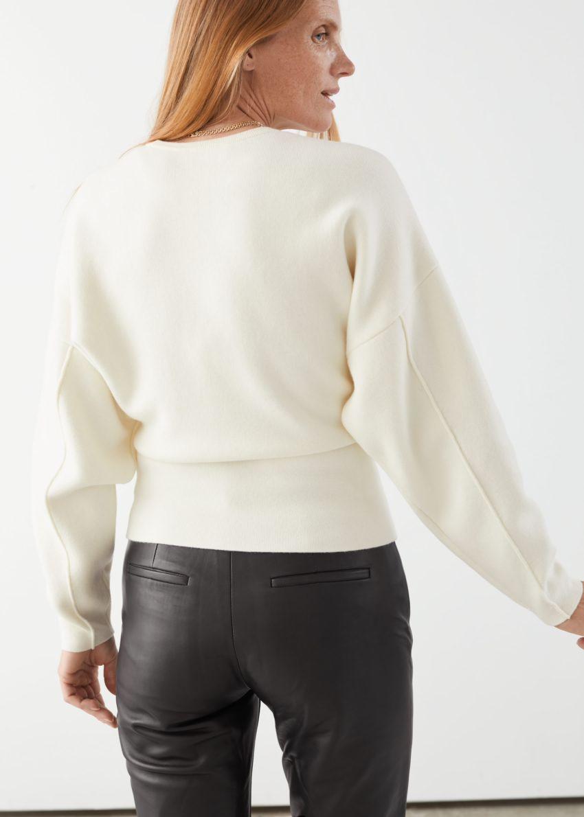 앤아더스토리즈 스컬프처럴 실루엣 스웨터의 크림컬러 ECOMLook입니다.