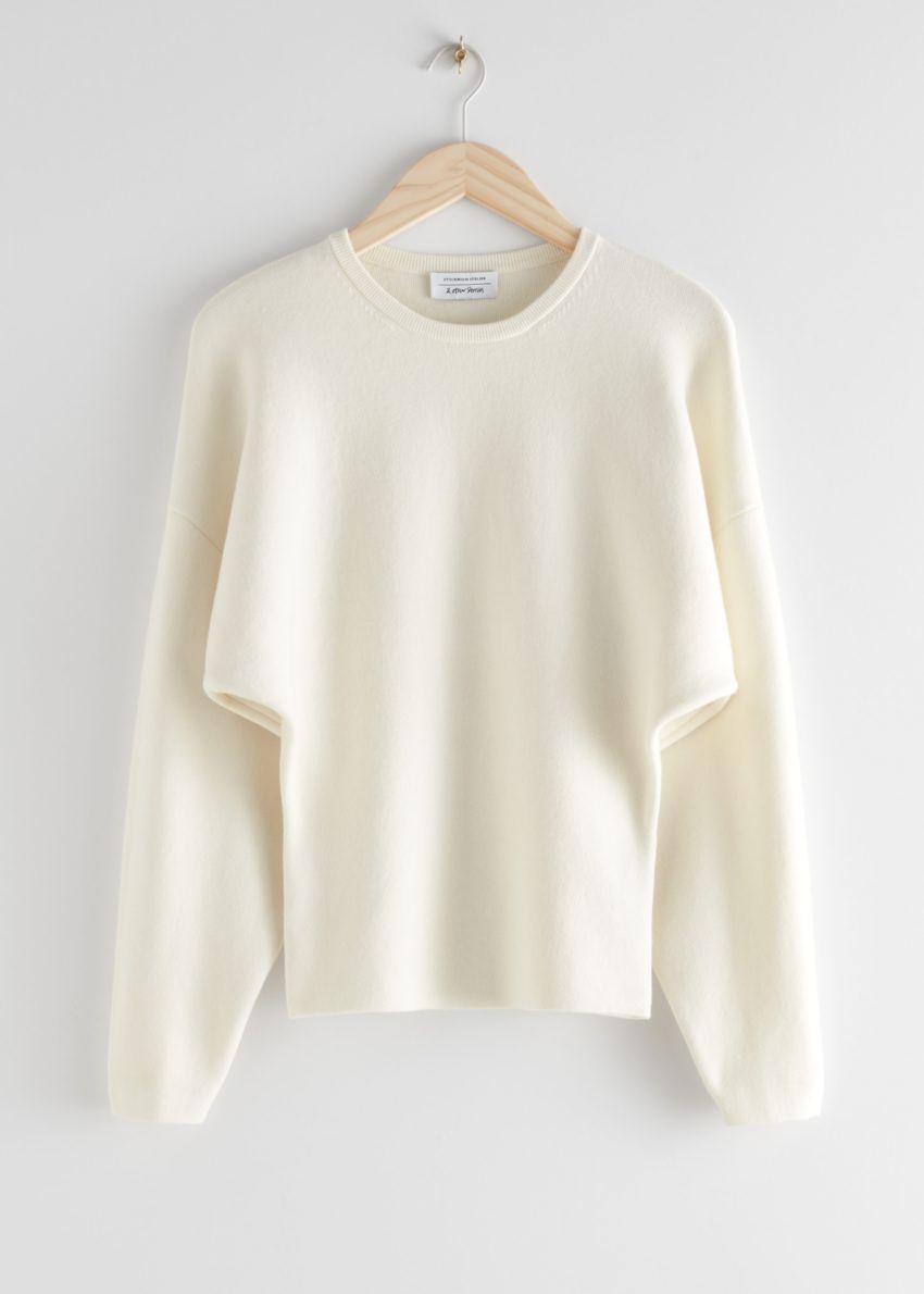앤아더스토리즈 스컬프처럴 실루엣 스웨터의 크림컬러 Product입니다.