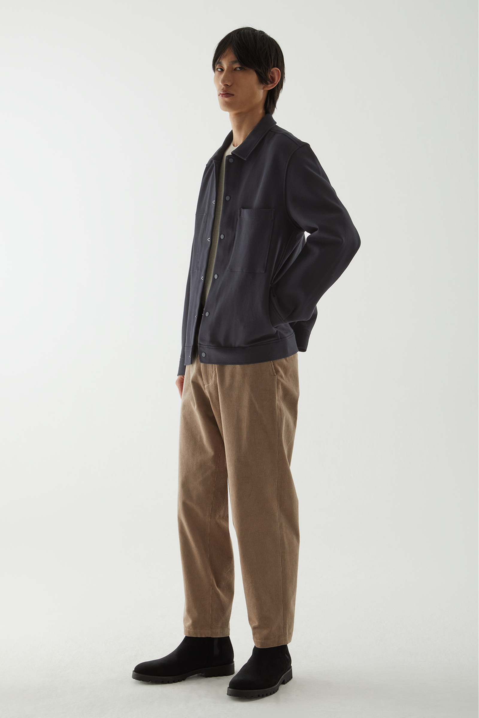 COS 트윌 셔츠 재킷의 미드나이트 블루컬러 ECOMLook입니다.