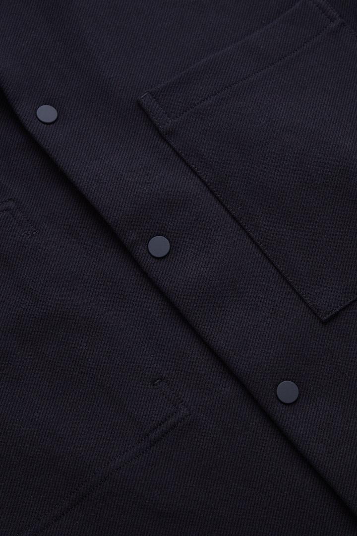 COS 트윌 셔츠 재킷의 미드나이트 블루컬러 Detail입니다.