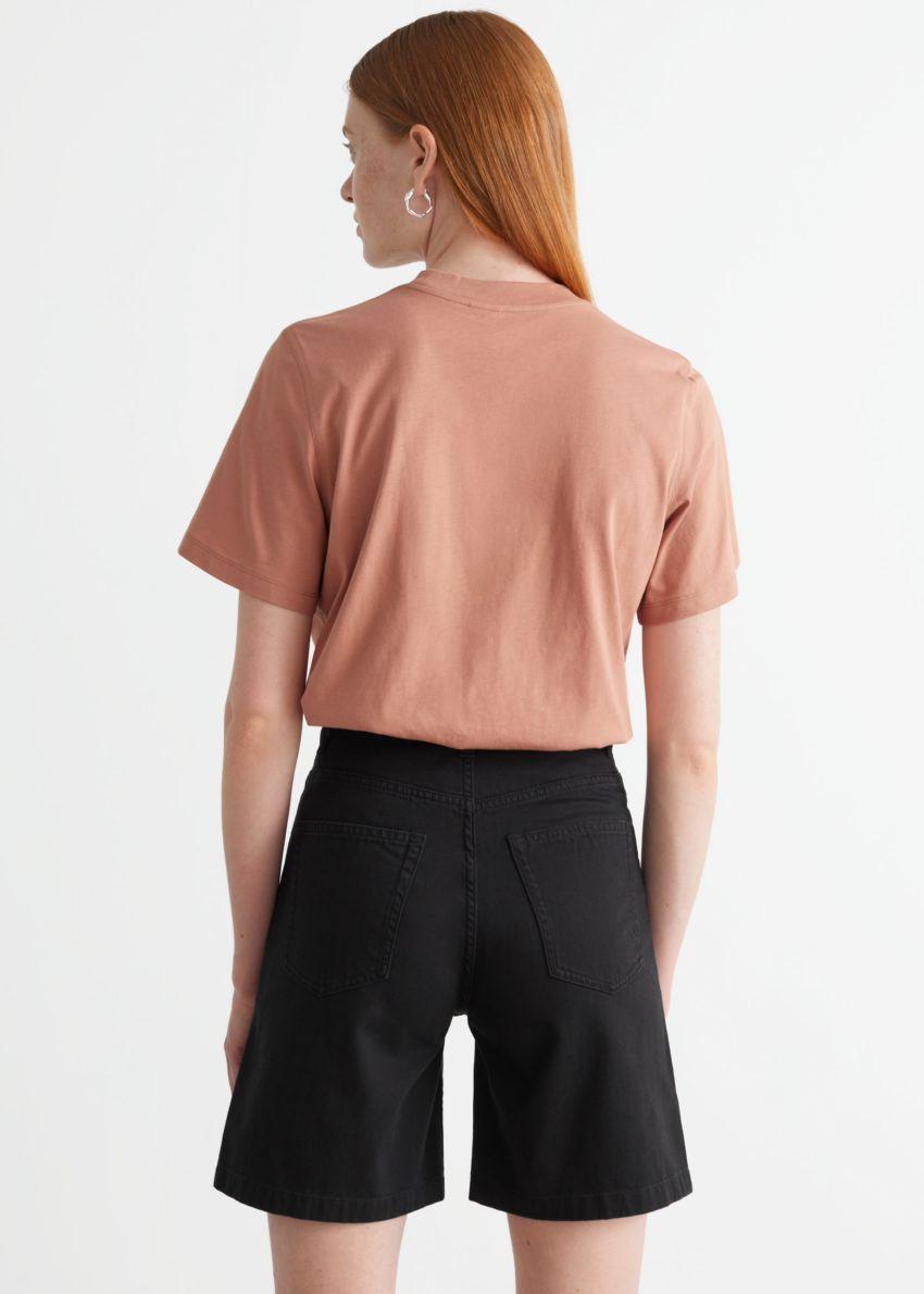 앤아더스토리즈 박시 크루넥 티셔츠의 테라코타컬러 ECOMLook입니다.