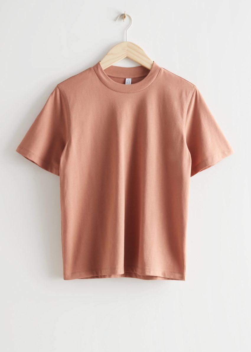 앤아더스토리즈 박시 크루넥 티셔츠의 테라코타컬러 Product입니다.