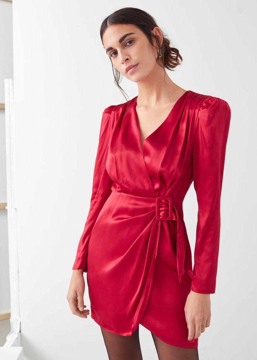 앤아더스토리즈 새틴 버클 타이 미니 랩 드레스의 레드컬러 ECOMLook입니다.