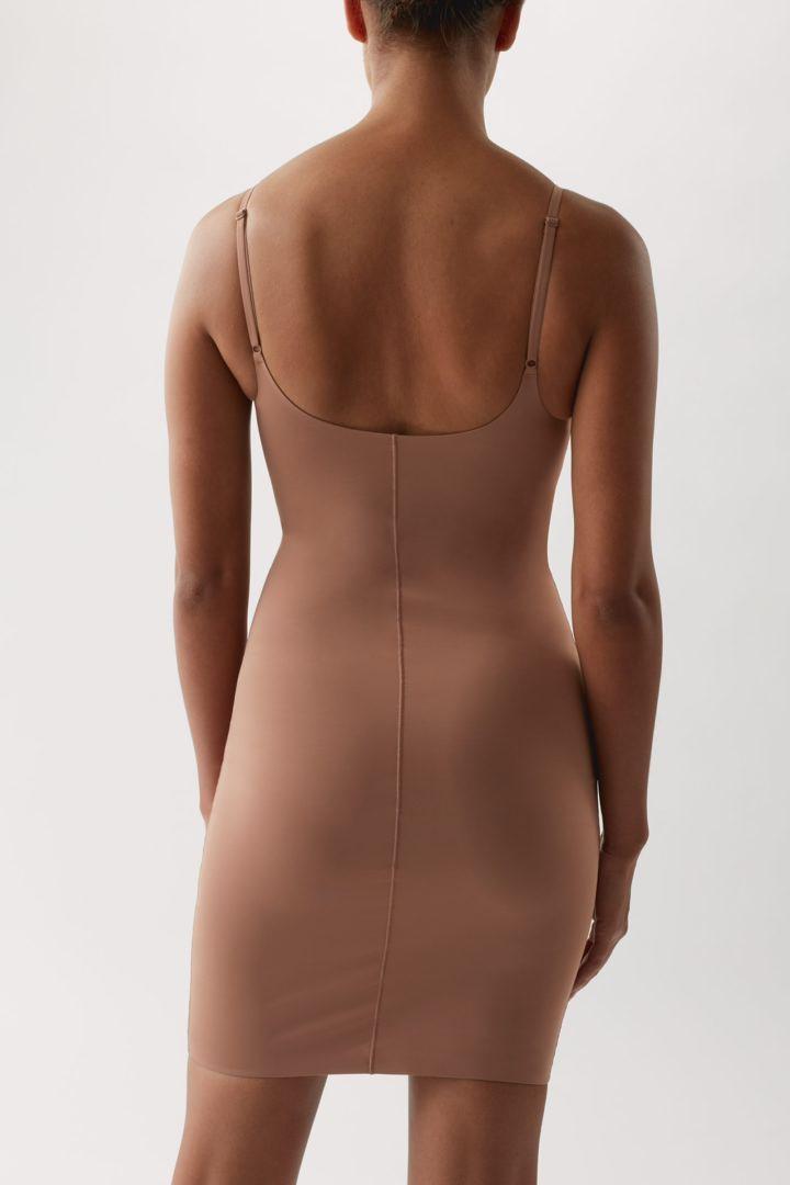 COS 리사이클 나일론 슬립 드레스의 쉐이드 319컬러 ECOMLook입니다.