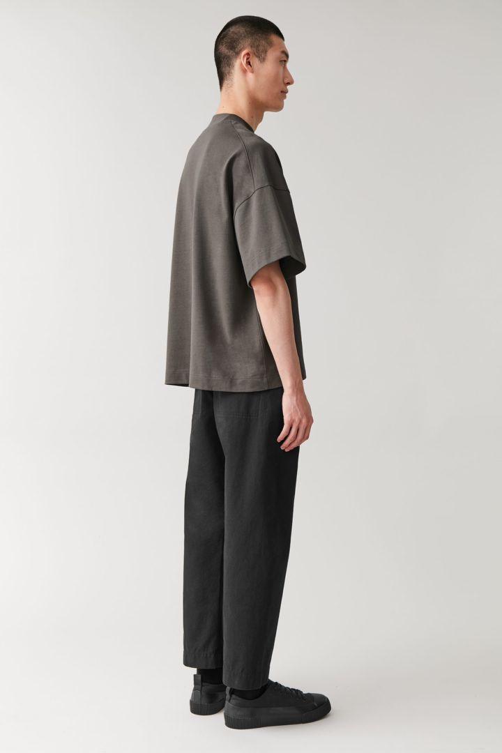 COS 숄더 드롭 티셔츠의 다크 그레이컬러 ECOMLook입니다.