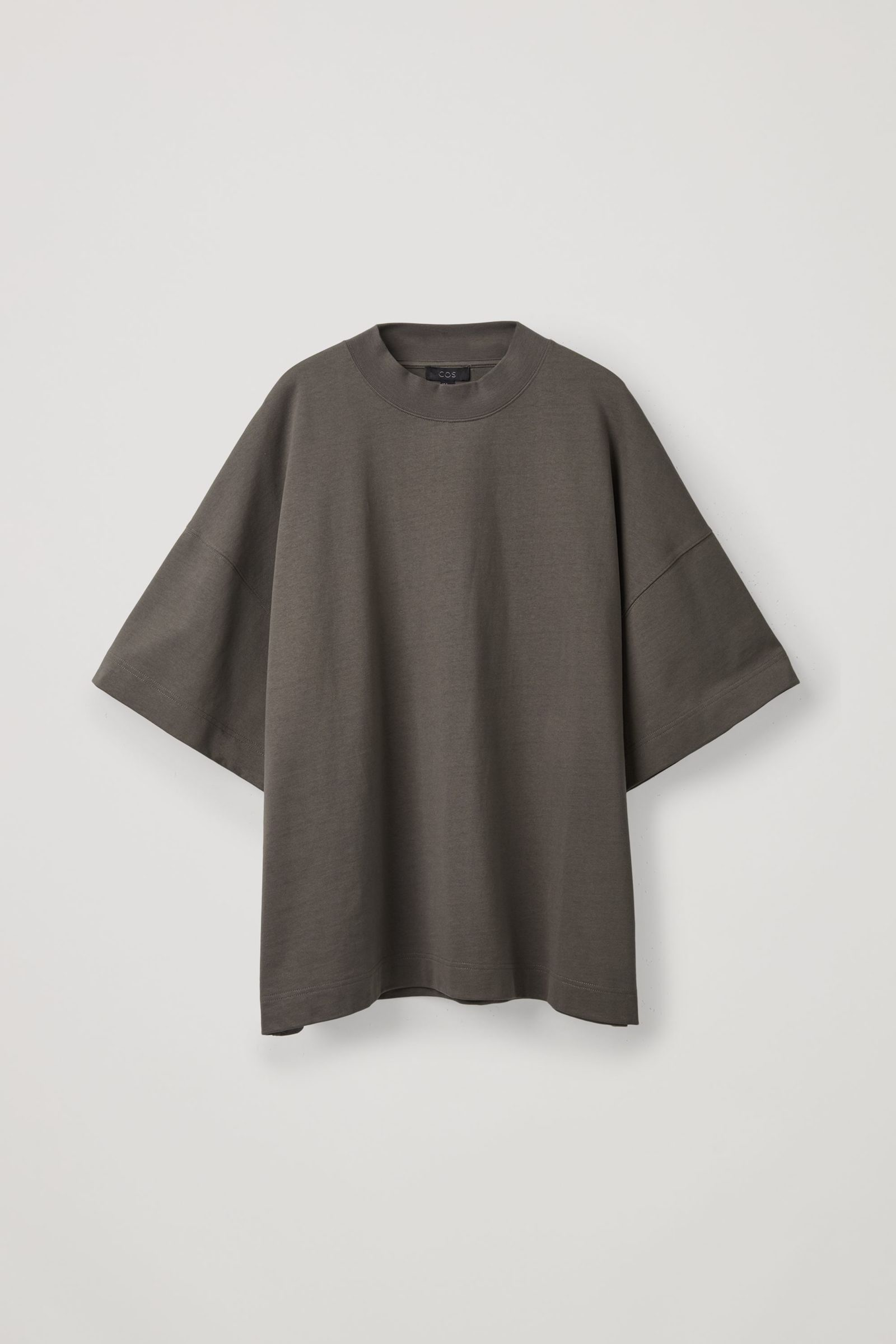 COS 숄더 드롭 티셔츠의 다크 그레이컬러 Product입니다.