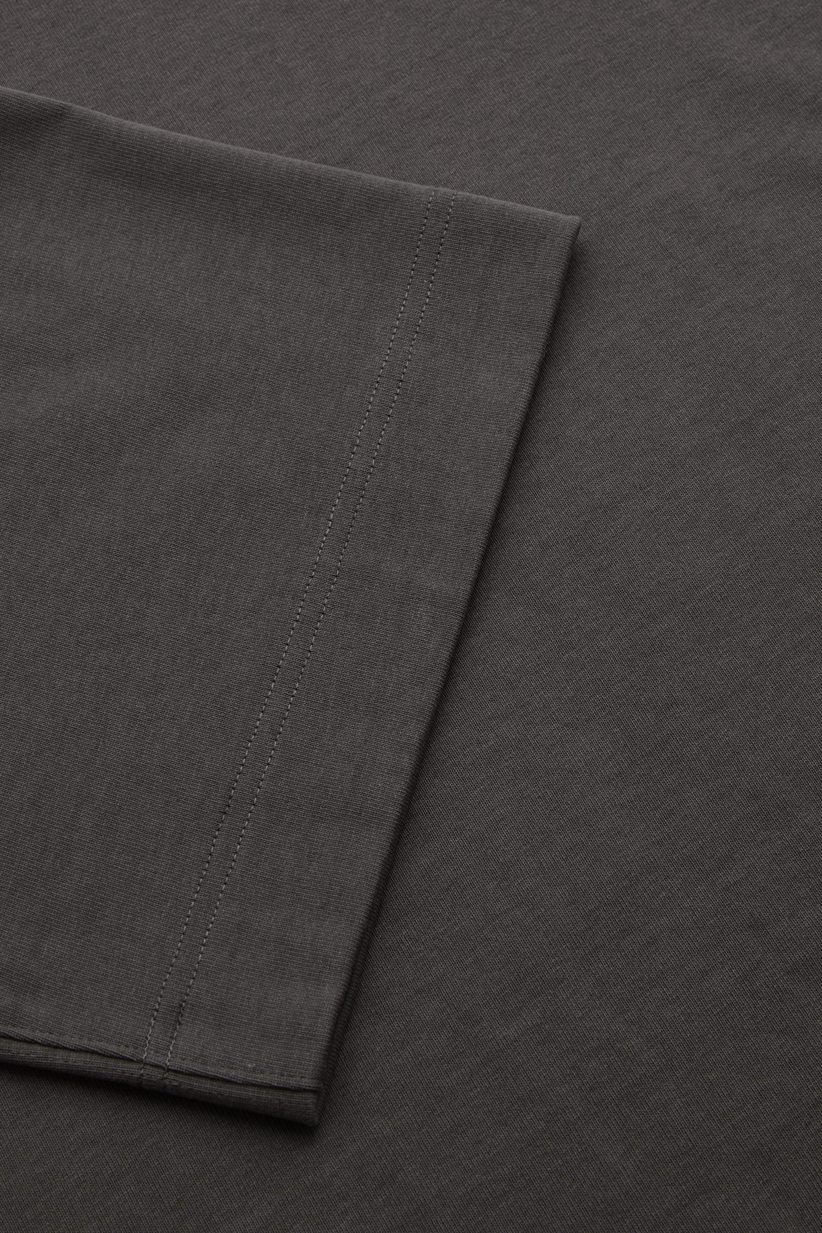 COS 숄더 드롭 티셔츠의 다크 그레이컬러 Detail입니다.