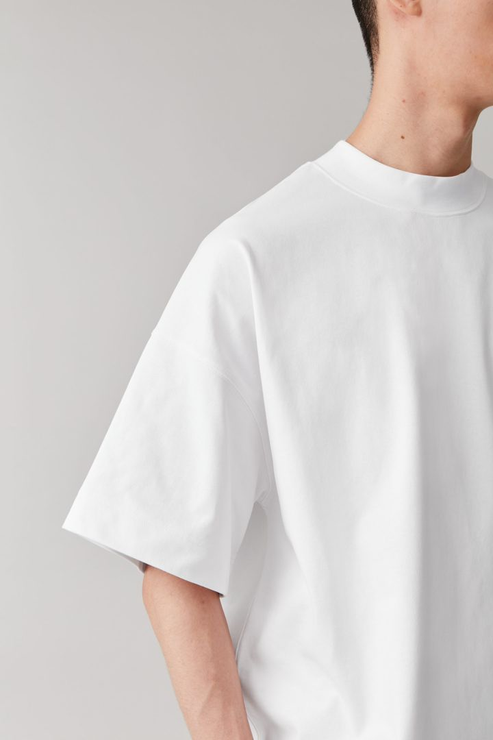 COS 숄더 드롭 티셔츠의 화이트컬러 ECOMLook입니다.
