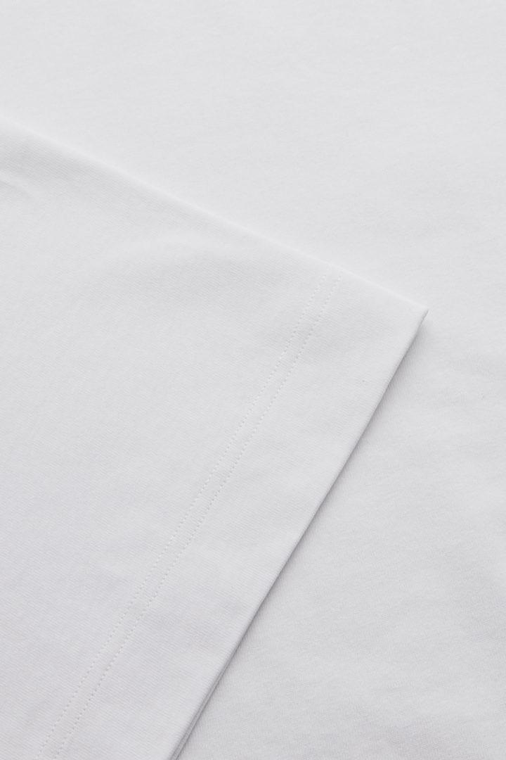 COS 숄더 드롭 티셔츠의 화이트컬러 Detail입니다.
