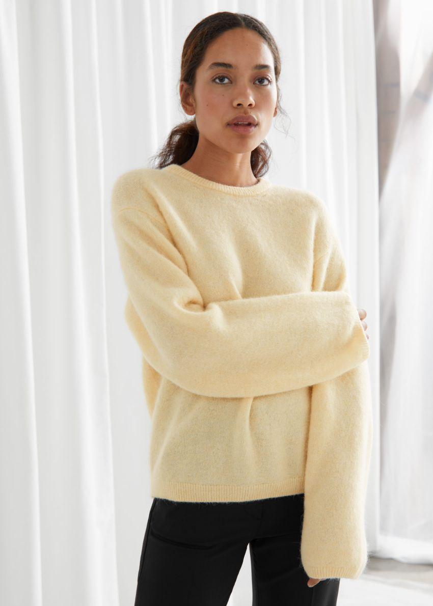 앤아더스토리즈 퍼지 울 블렌드 스웨터의 라이트 옐로우컬러 ECOMLook입니다.