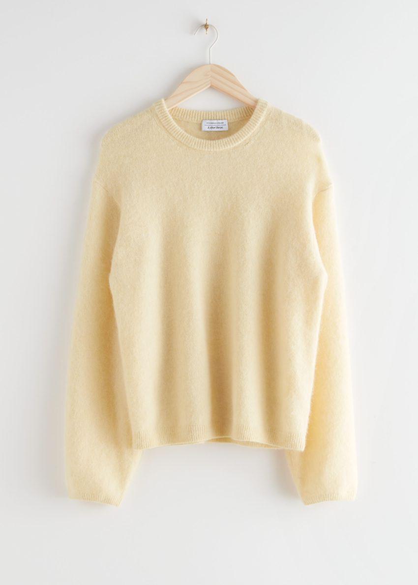 앤아더스토리즈 퍼지 울 블렌드 스웨터의 라이트 옐로우컬러 Product입니다.