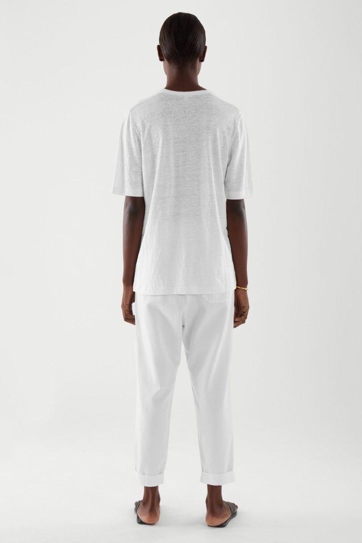 COS 롱라인 리넨 티셔츠의 화이트컬러 ECOMLook입니다.