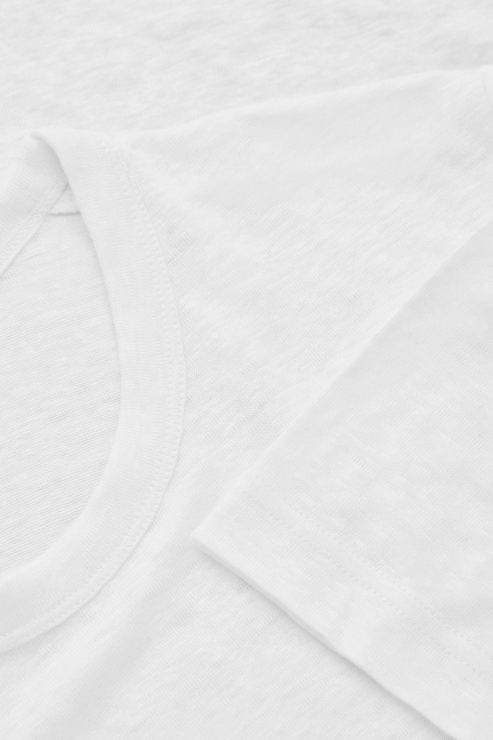COS 롱라인 리넨 티셔츠의 화이트컬러 Detail입니다.
