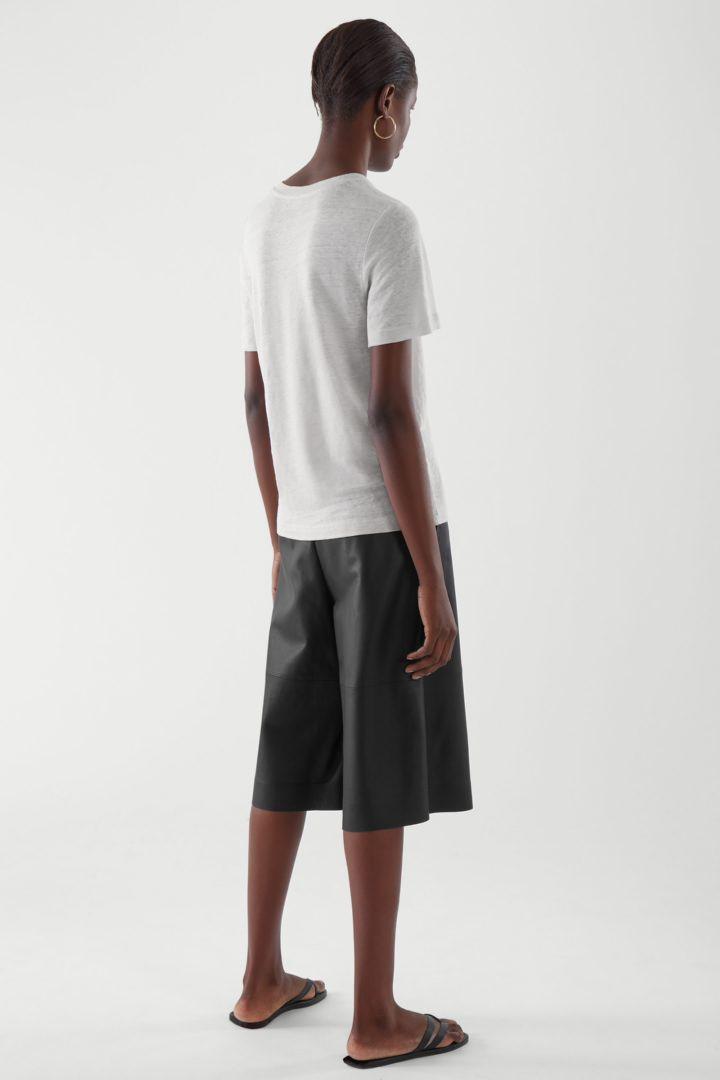 COS 리넨 티셔츠의 브라운컬러 ECOMLook입니다.