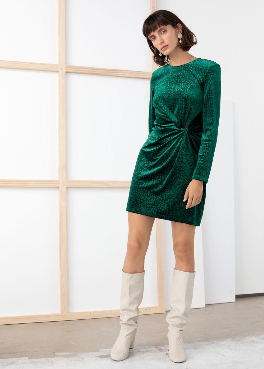 앤아더스토리즈 글리터 벨루어 미니 드레스의 다크 그린컬러 ECOMLook입니다.