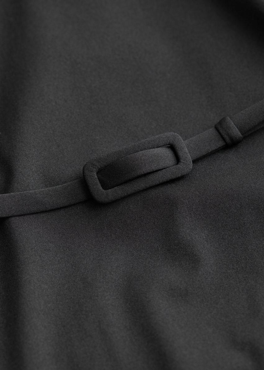 앤아더스토리즈 벨티드 스윔수트의 블랙컬러 Detail입니다.