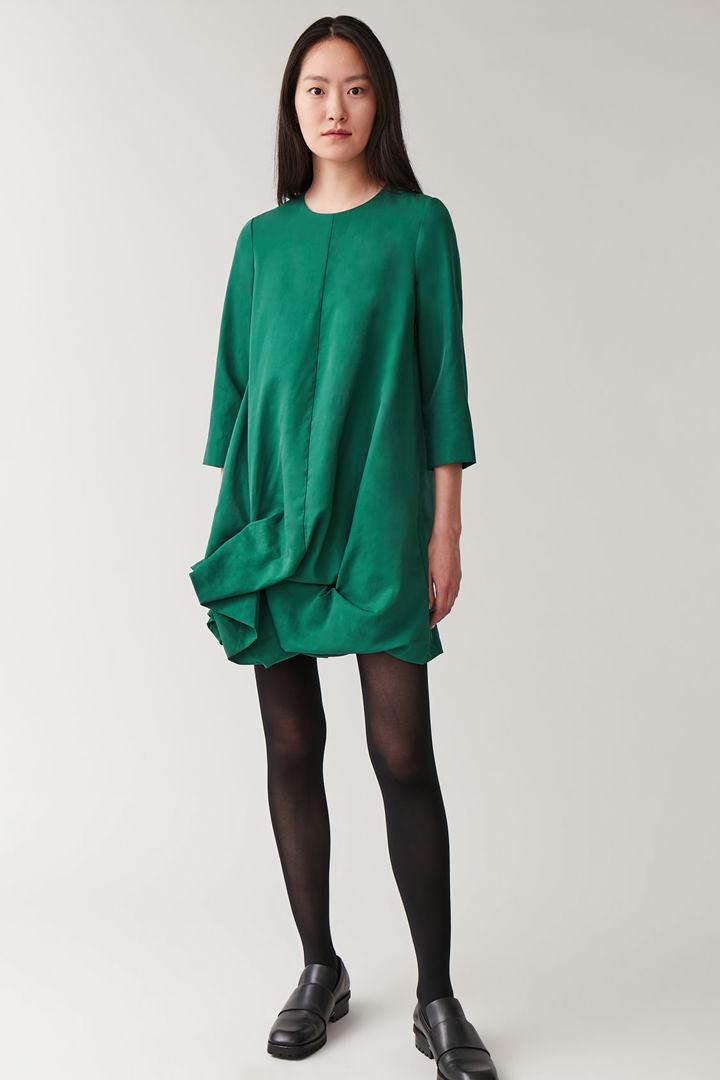 COS 롱 슬리브 개더드 헴 드레스의 그린컬러 ECOMLook입니다.