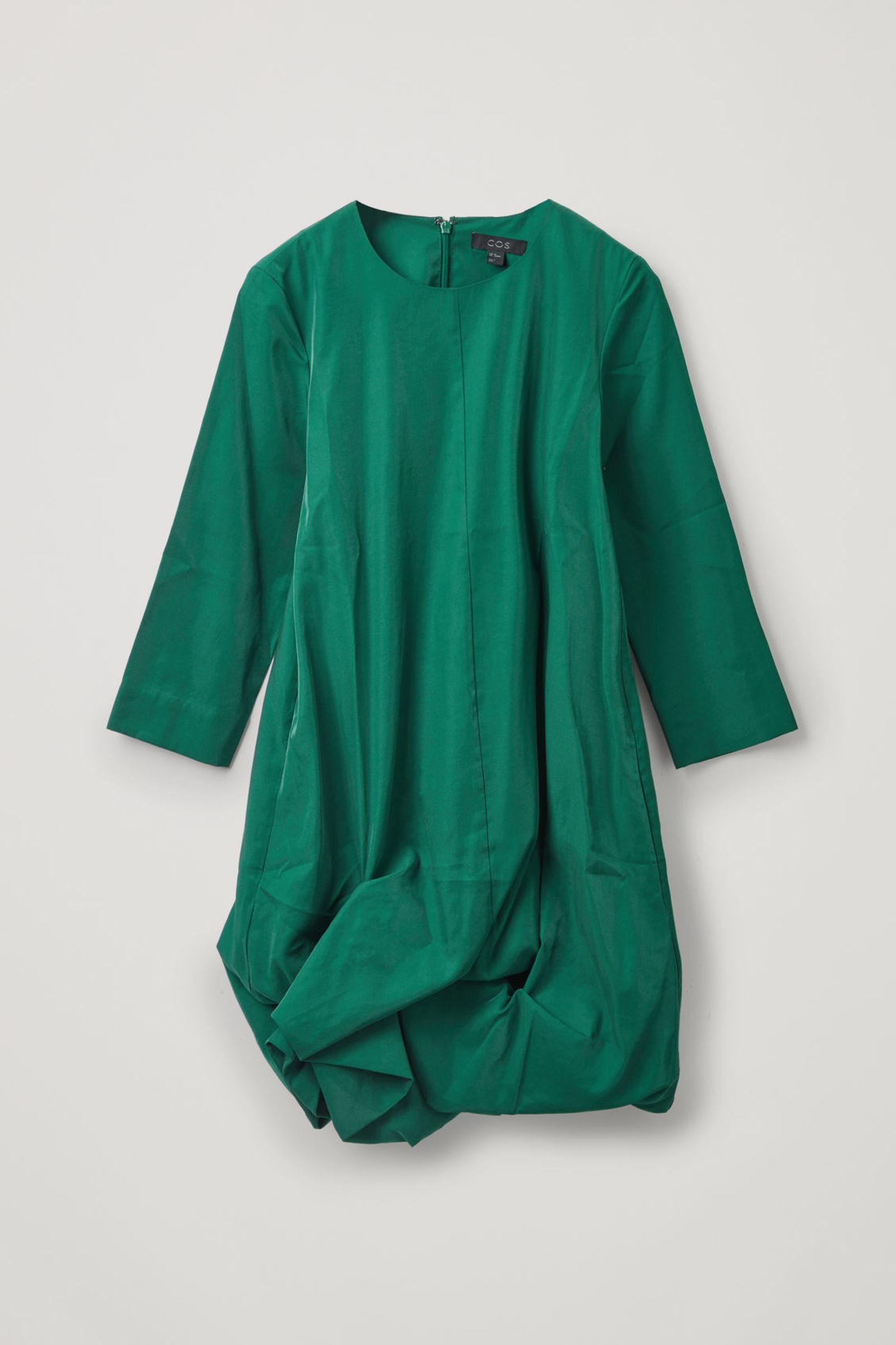 COS 롱 슬리브 개더드 헴 드레스의 그린컬러 Product입니다.